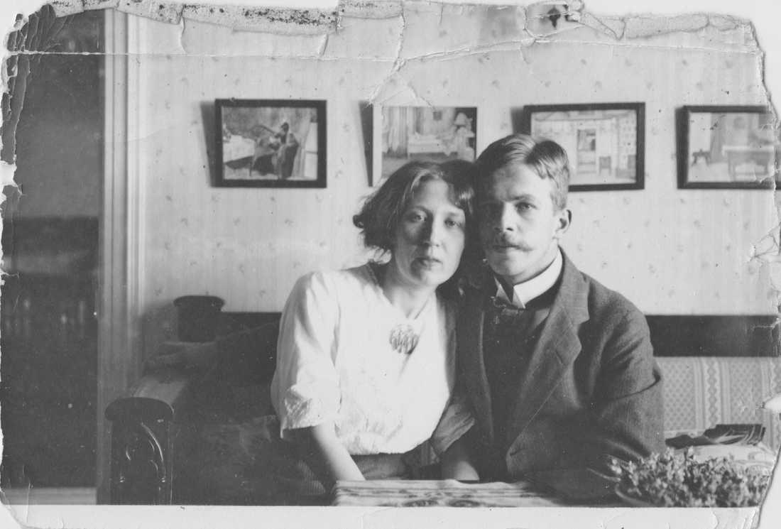 Karin och Sverker Ek som nyblivna (och utmattade) föräldrar, Göteborg 1910.
