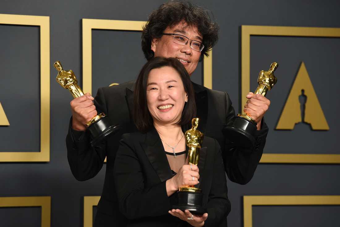 """Producenten Kwak Sin Ae och regissören Bong Joon-Ho tar emot en Oscar för """"parasit"""". Arkivbild."""