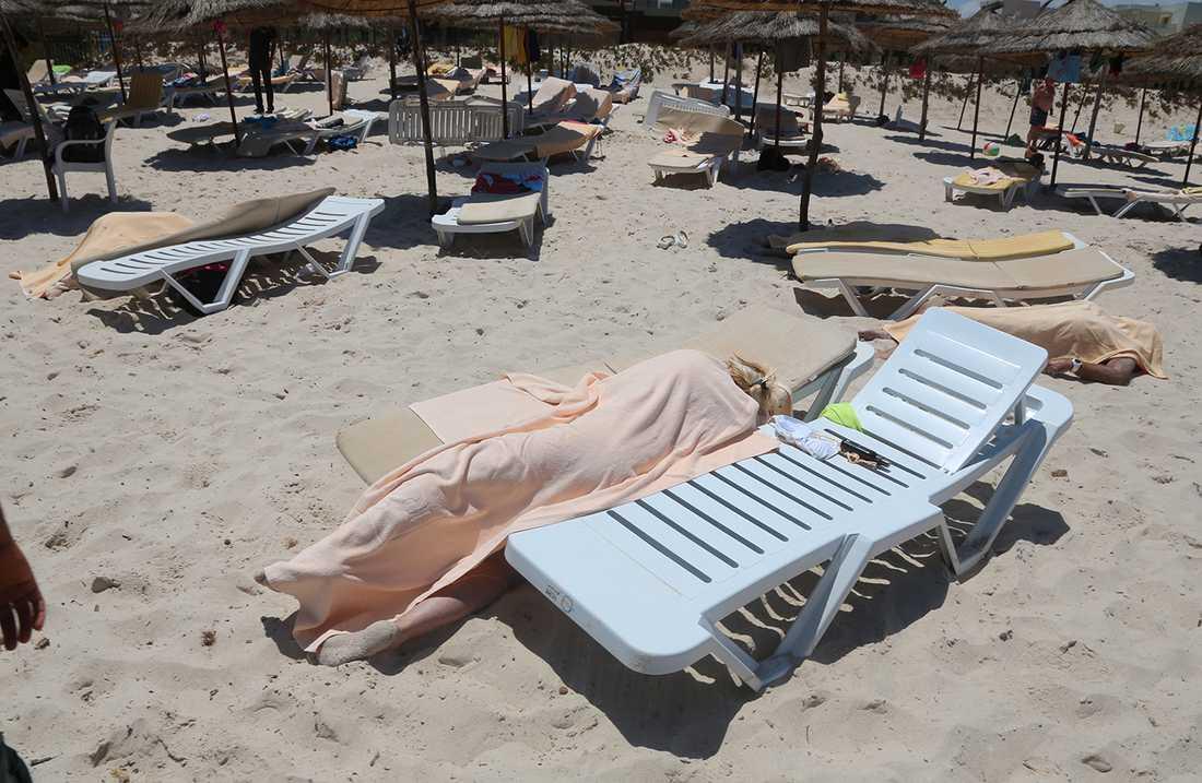 TUNISIEN Turister på stranden sköts ner av en gärningsman som gömt sitt vapen i ett parasoll.