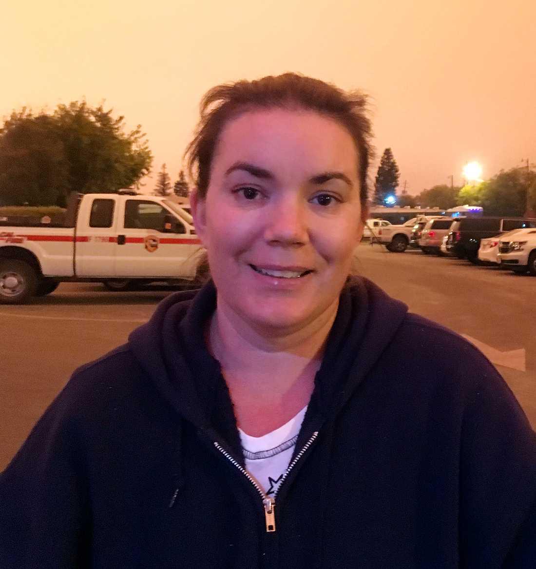Sjuksköterskan Nichole Jolly övergav sitt hem, famlade genom askan och lågorna, räddades av en brandbil – och åkte till sjukhuset och jobbade.