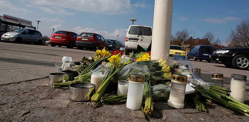 Många har lagt blommor och tänt ljus på parkeringen där kvinnan misshandlades så svårt att hon senare avled.