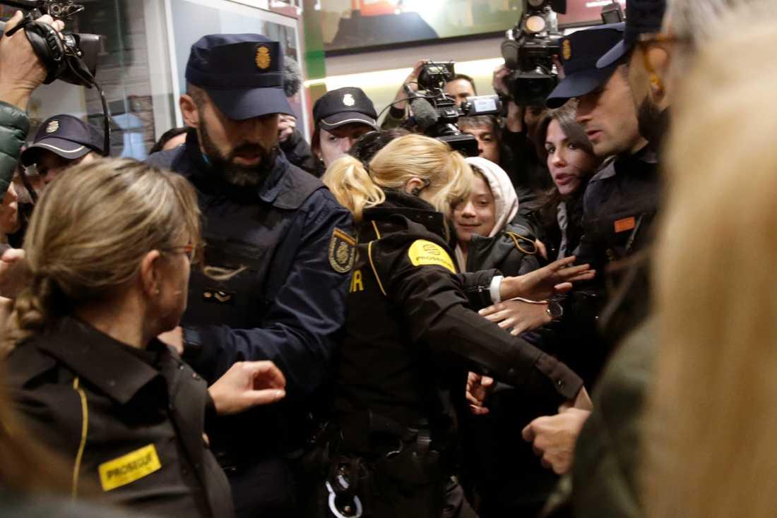 Fotografer klämdes och polis skrek åt folk att backa undan.