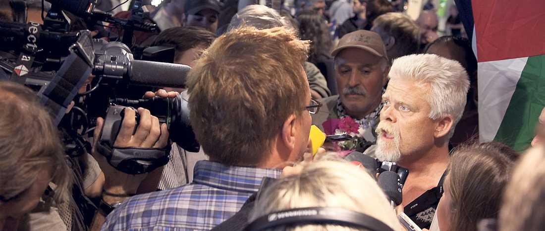 Mattias Gardell intervjuas efter ankomsten till Sverige.