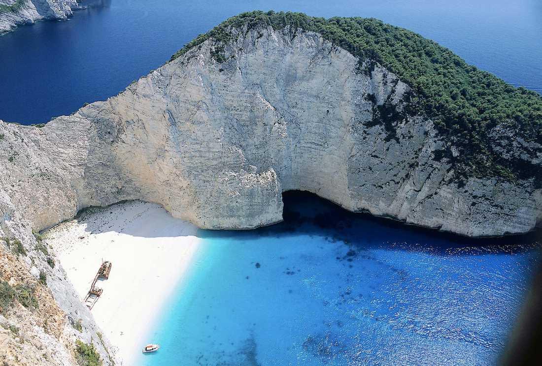 Den vackra men otillgängliga viken Smuggler's Cove på Zakynthos nås enbart från vattnet.