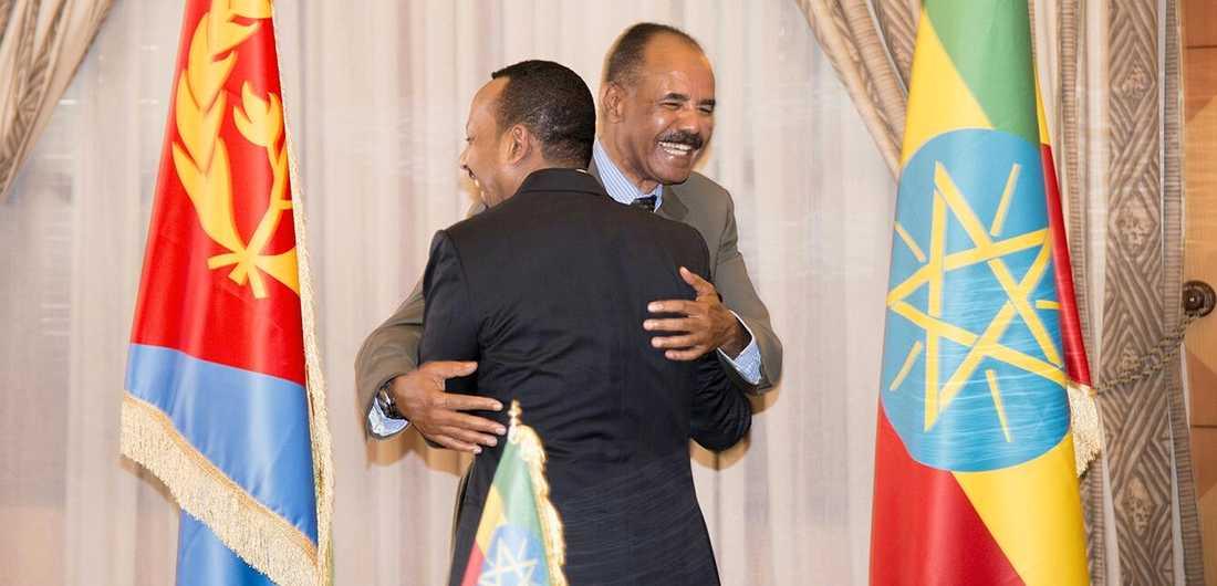 Etiopiens premiärminister Abyi Ahmed omfamnade Eritreas president Isaias Afwer i måndags efter att ha undertecknat fredsavtalet mellan länderna.