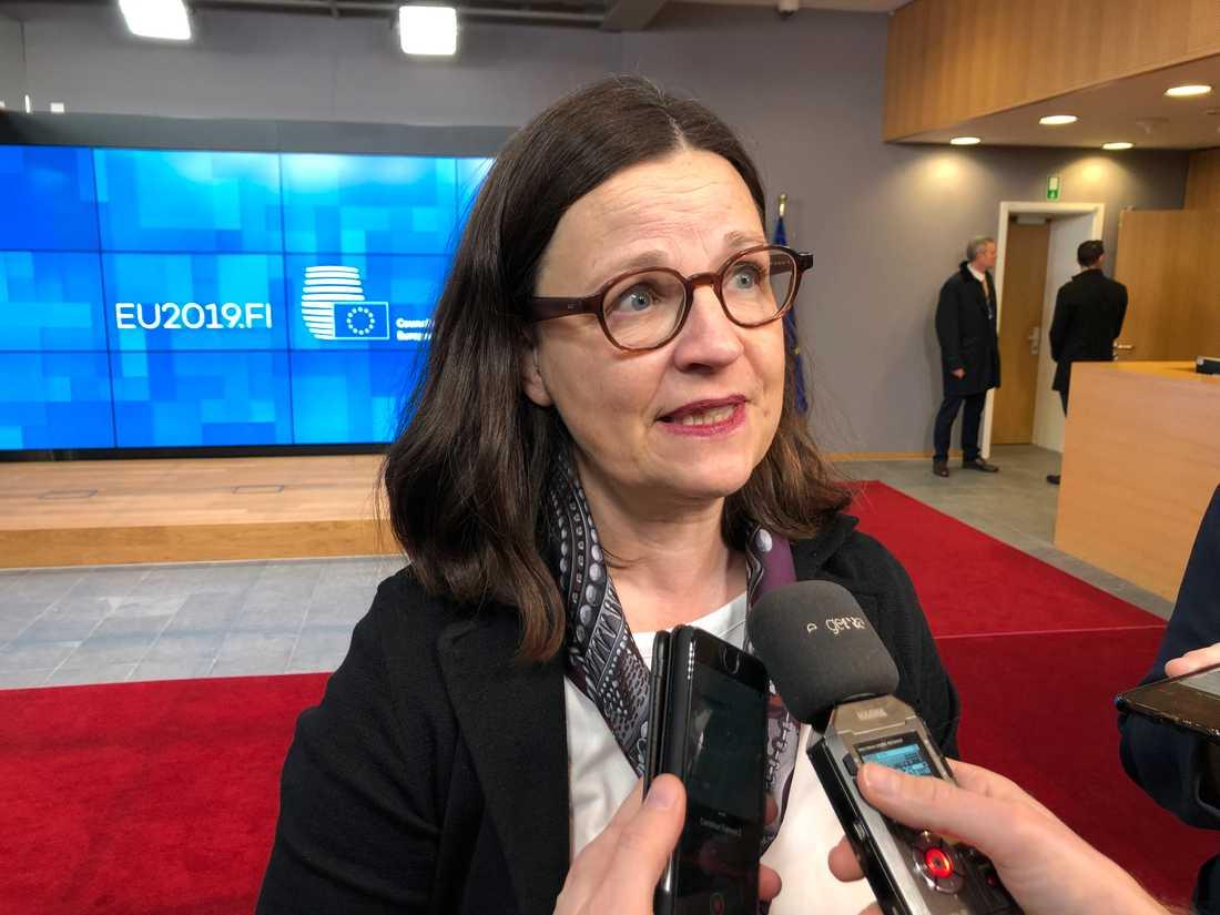 Utbildningsminister Anna Ekström (S) på väg in till fredagens gemensamma möte med EU:s finans- och utbildningsministrar i Bryssel.