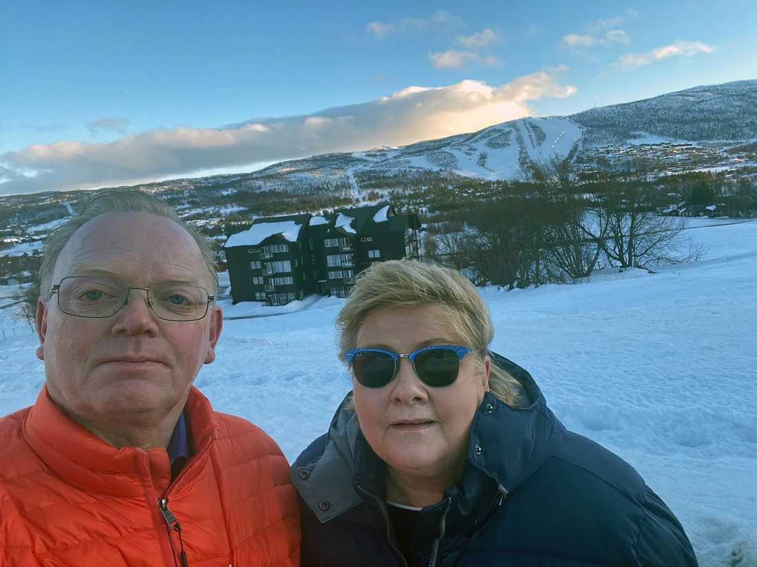 Erna Solberg och maken Sindre Finnes under födelsedagsfirandet i Geilo.