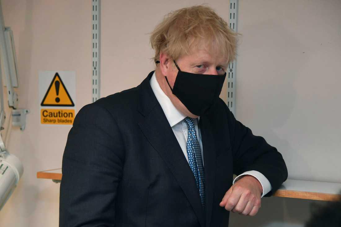Storbritanniens premiärminister Boris Johnson iförd skyddsmask under ett sjukhusbesök i London 24 juli.