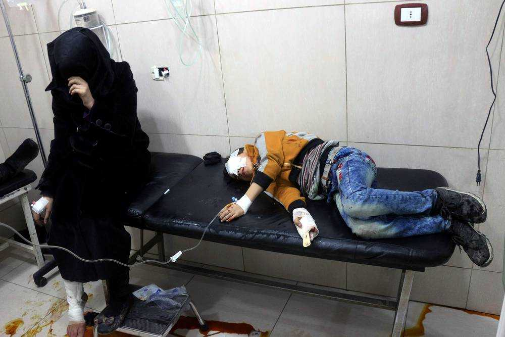 En pojke tas om hand på ett sjukhus som bombades i Aleppo i november 2016.