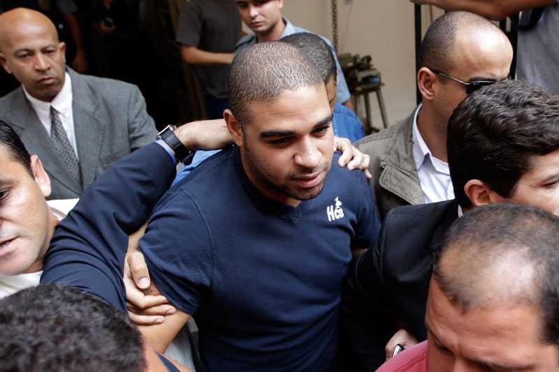 """Adriano lämnar här ett polishus i juni i år efter att ha frågats ut om kopplingar till knarkgäng i favelorna. """"Spelarna brukar kontraktera oss till sina fester. Jag har sett flera kända spelare ta kokain. Adriano sägs vara värst"""", säger prostituerade Roberta, 26."""