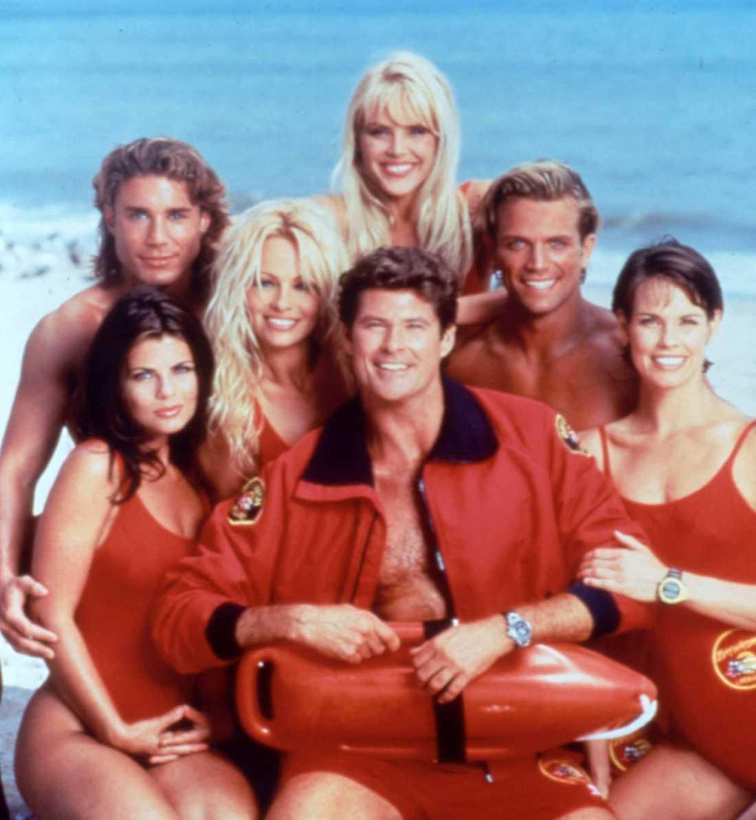 """Huvudkaraktärerna i tv-serien """"Baywatch"""" spelades av Jasmine Bleeth, Jason Simmons, Pamela Anderson, David Hasselhoff, Geena Lee Nolin, David Chokachi och Alexandra Paul."""