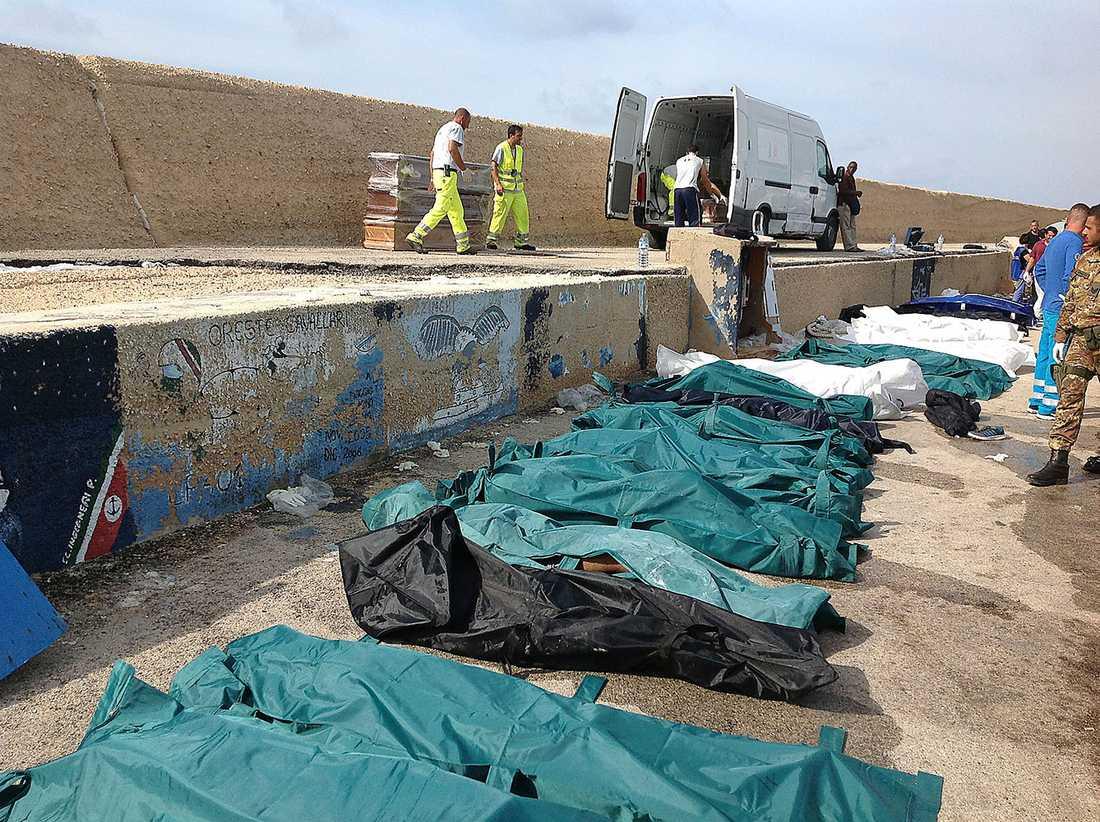 Farlig flykt  Europa har under lång tid stängt sina gränser för flyktingar. Människor tvingas därför fly på farliga vägar och i osäkra båtar. Igår kapsejsade ett fartyg vid Lampedusa i Italien. Minst 133 personer har dött.