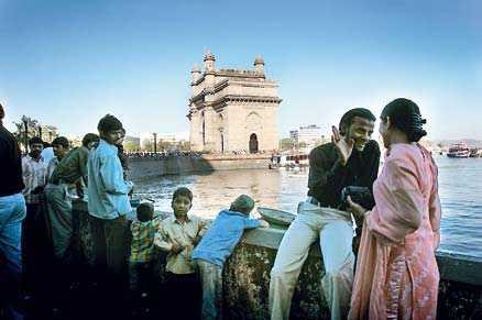Gateway of India är en av de populäraste träffpunkterna i Bombay. Här samlas och umgås invånarna – framför allt på kvällarna.