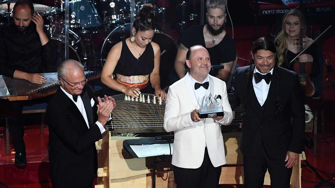 Kungen applåderar Lars Ulrich och Robert Trujillo.