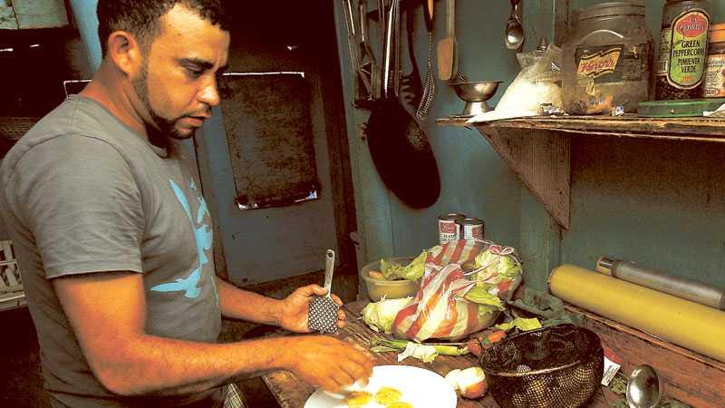 Kocken Dino Elizabe gör slantar av matbanan som friteras och saltas. Tostones, som de kallas, är ett vanligt tillbehör på dominikanska menyer.