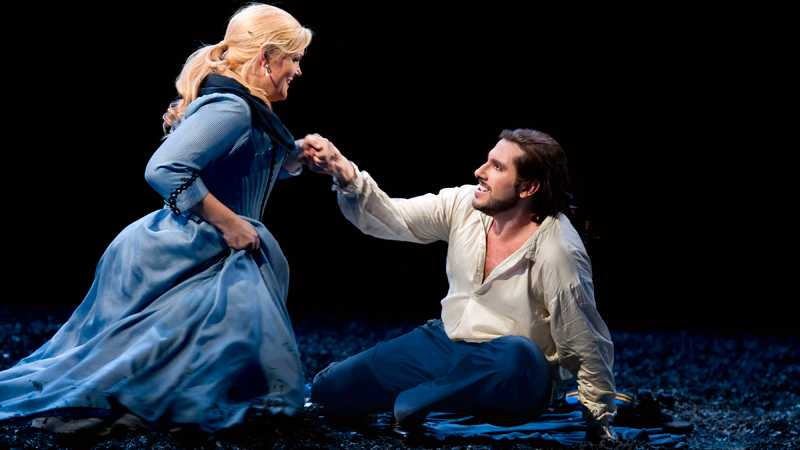 """Emma Vetter och Andrea Carè i Verdis """"Maskeradbalen"""" som hade premiär på Operan i Stockholm hösten 2012 och som ges även under 2013. Foto: Hans Nilsson/Kungliga Operan"""