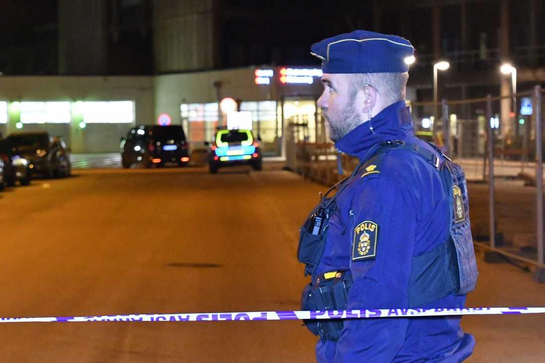 Polisen har spärrat av akutmottagningen i Helsingborg.