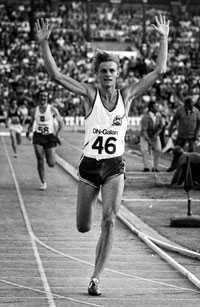 8.09,7 DN-galan på Stockholms Stadion 1975. Anders Gärderud går i mål som segrare på 3000 m. Gärderud kan konstatera att han slagit ännu ett världsrekord och hans vision om ett lopp under 8,10 är verklighet. Ett lika snabbt lopp i dag skulle räcka till medaljchans i VM.