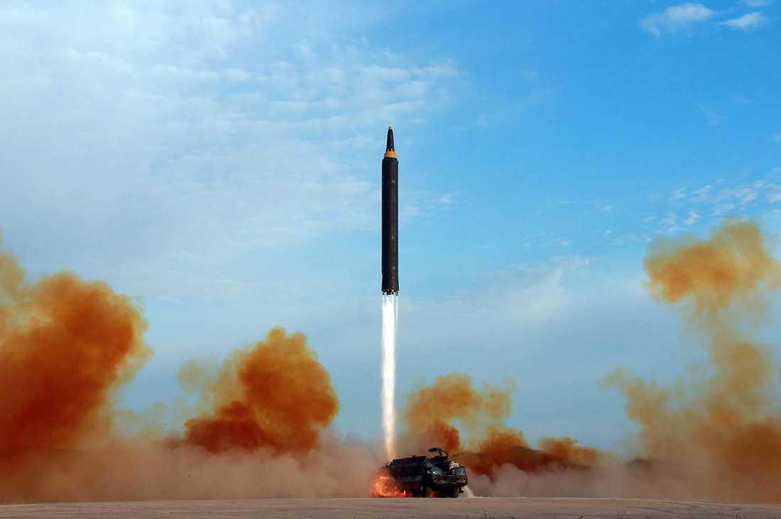 Nordkoreas regering har släppt en bild som uppges visa testavfyrniningen av en Hawasong-12 missil.
