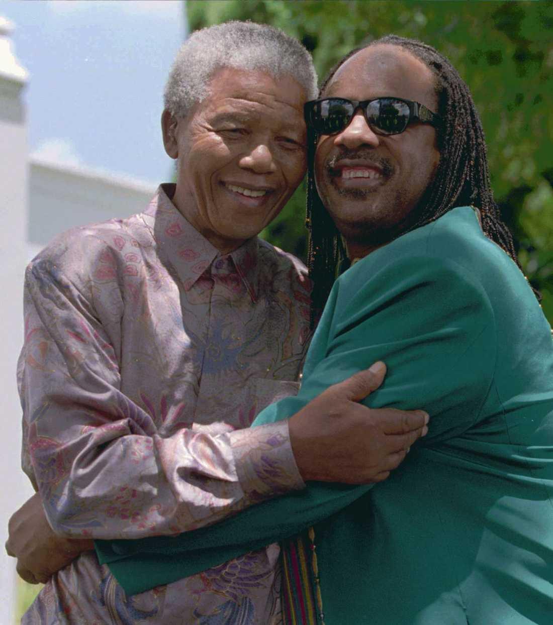 Stevie Wonder ger Nelson Mandela en kram när de möttes i februari 1996.