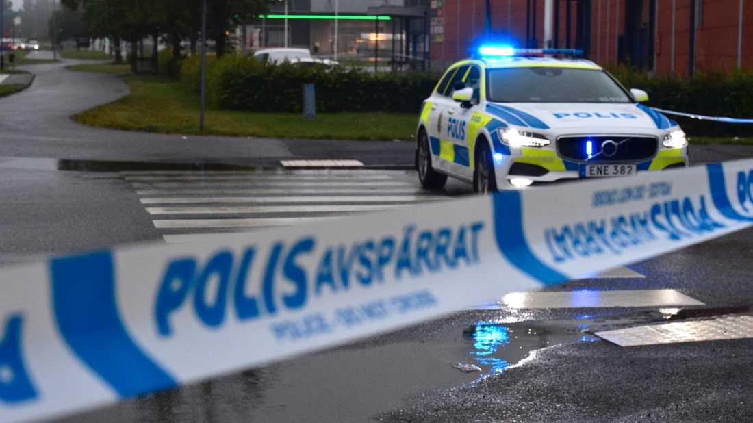 Polisen spärrade inledningsvis av ett stort område.