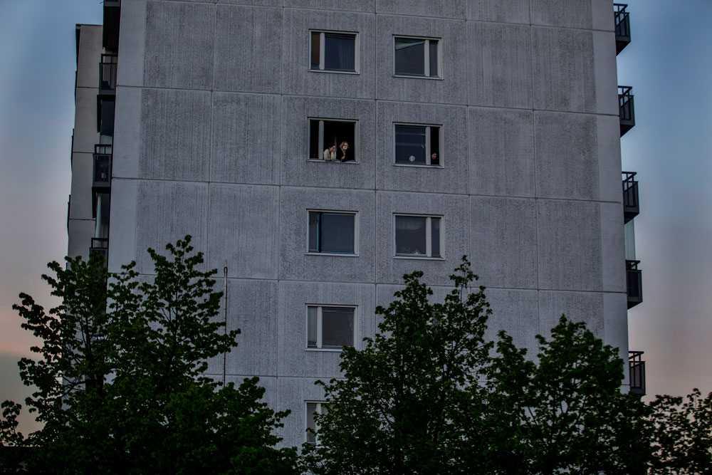 NICLAS HAMMARSTRÖM Högt uppe i ett flerfamiljshus tittar dom boende ut över Husby och förödelsen.
