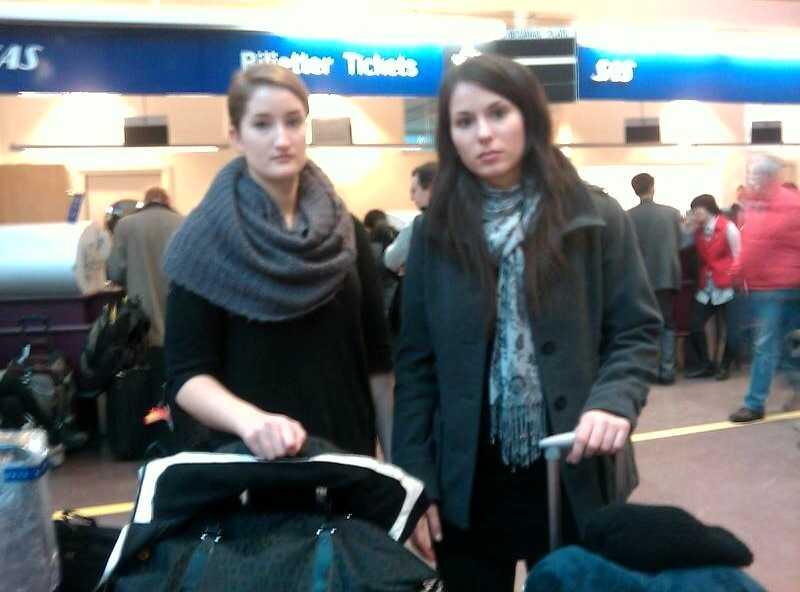 """Strandade Tara O'Keefe, 20 år, och Valeria Tiourina, 21 år, från Umeå har varit på Arlanda sedan i torsdags eftermiddag. """"Allt vi vill är att få komma på ett plan"""", säger Valeria Tiourina."""