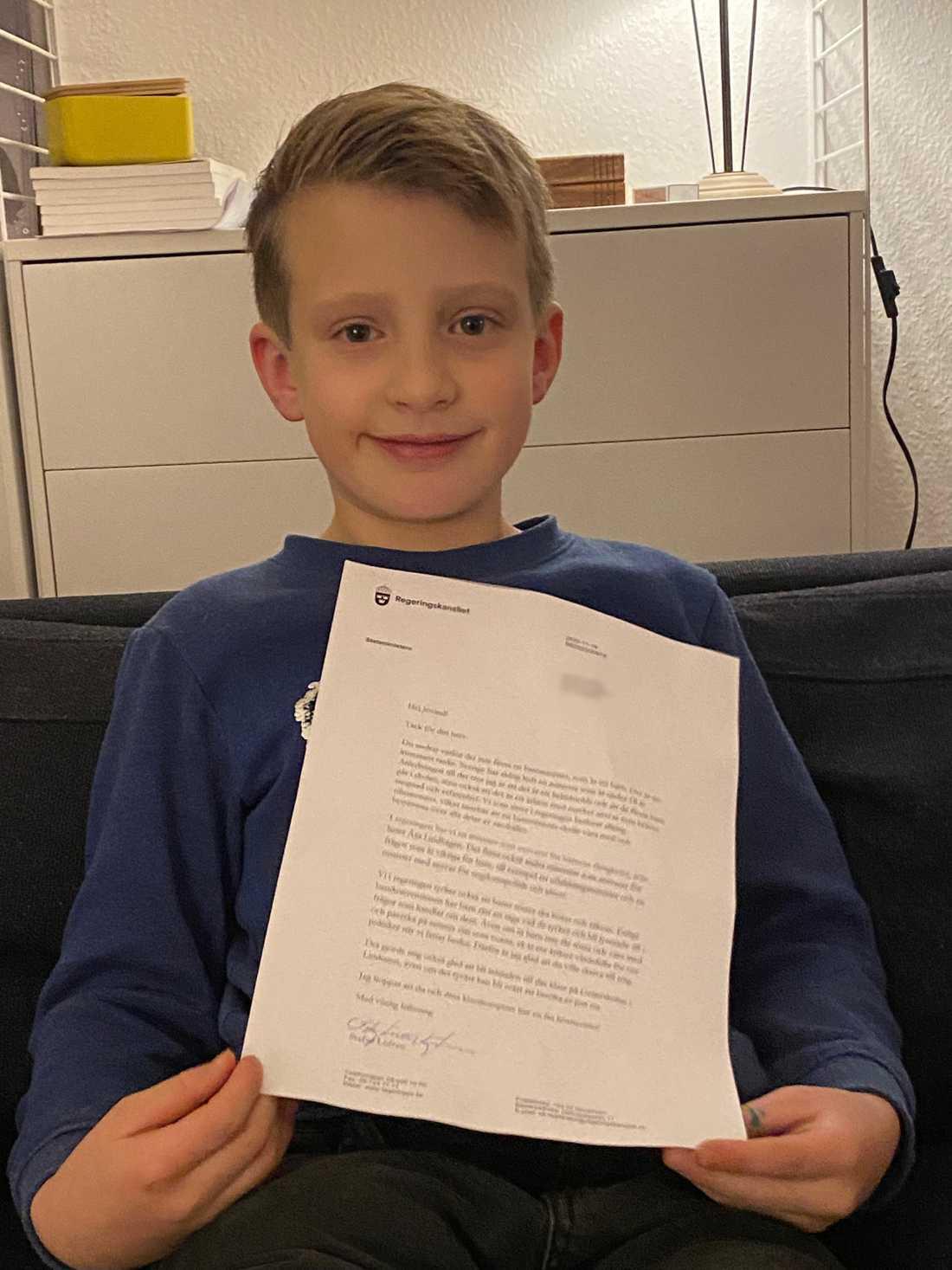 Jovind Larsson, 8, med svaret från statsministern.