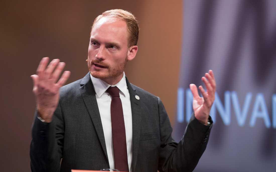 Sverigedemokraternas kulturpolitiske talesperson Aron Emilsson under ett möte i Norge.