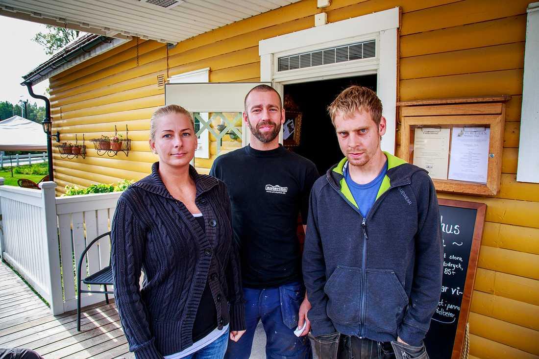 """""""Bilen är för kär för människor här,"""" säger Vittsjö-bon Katja Lundkvist. Här med Stefan Lundkvist och Per Christiansen."""