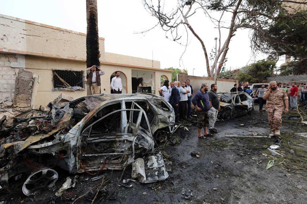 Frankrikes ambassad i den libyska huvudstaden Tripoli har utsatts för en bilbombsattack. Två franska vakter skadades.