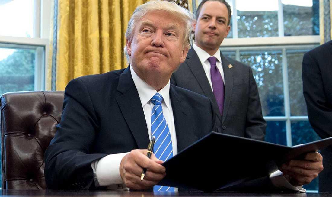 Trump skriver under order.