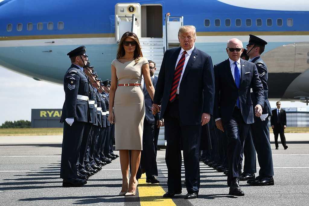Paret Trump anländer till Storbritannien med Air Force 1