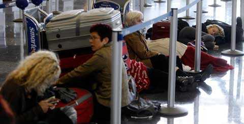 flygstopp Strandade och uttröttade resenärer köar vid finska flygbolaget Finnairs disk på John F Kennedy-flygplatsen i New York. Enligt EU:s regler är flygbolagen skyldiga att ersätta resenärernas utlägg för mat och boende om de blir strandsatta på grund av askmolnet. Men bolagen tolkar reglerna olika och efter en veckas kaos börjar kostnaderna skena.