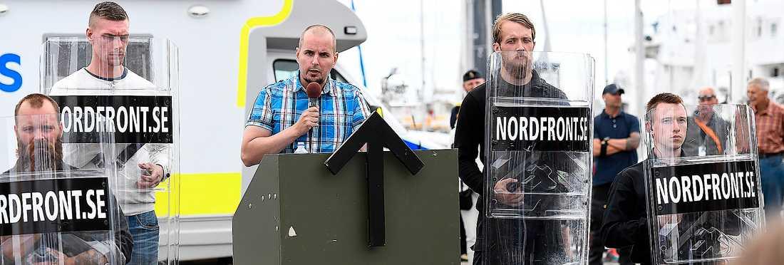 Nordiska motståndsrörelsens ledare Simon Lindberg talar under poltoikerveckan i Almedalen förra året.