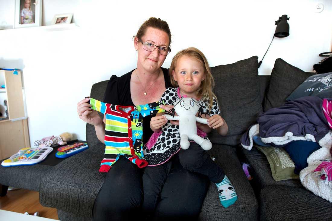 Anna Holmstens dotter Moa föddes i vecka 28. I dag är hon tre och ett halvt år och mår jättebra. Här visar de hur små kläderna är.