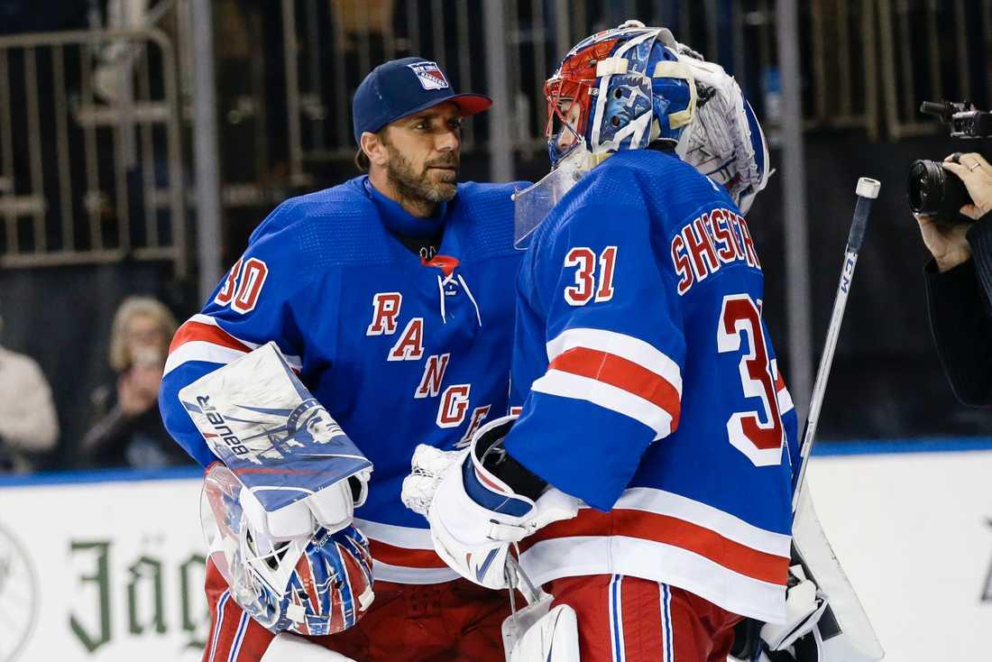 New York Rangers målvakt Igor Sjestiorkin, höger, skadade sig i en bilolycka och därmed ser Henrik Lundqvist ut att ha fått en väg tillbaka in i målet. Arkivbild.