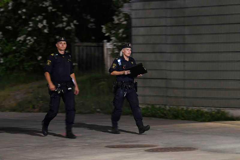 Flera vittnen har hört ett stort antal skott.