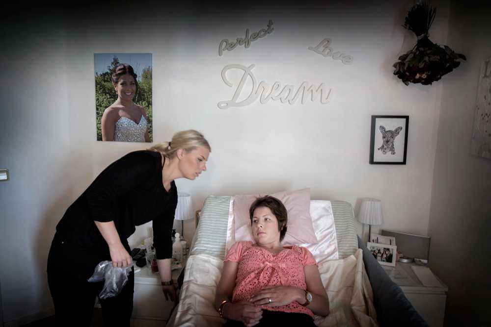 Nicole blir lätt hjärntrött och behöver vila. Hon bor kvar hemma i sitt flickrum.  Personliga assistenten Emma finns hela tiden vid hennes sida. Maj 2015.
