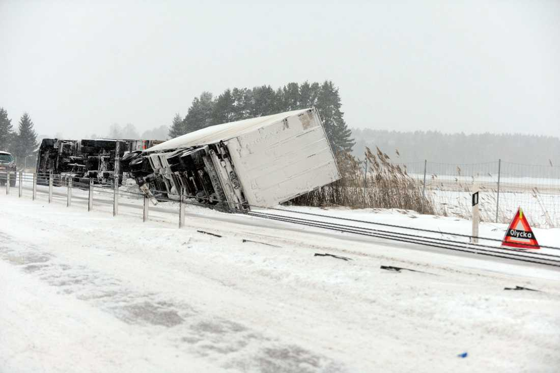 En lastbil i diket på E18.