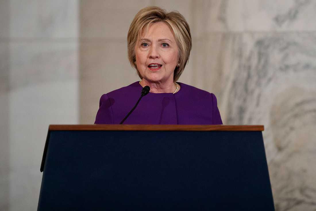 """""""Det här är inte vilka vi är"""", skriver Hillary Clinton."""