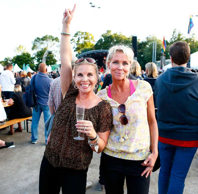 80-talsduon Lili och Susie Päivärinta, 46 och 48, säger att de njuter av sammanhållningen på Pride. Lili är en riktig Prideveteran och har besökt festivaler i Luleå och Göteborg. Men den bästa Pridefestivalen är i huvudstan, enligt Lili. –Trycket i Stockholm är fantastiskt, säger hon.
