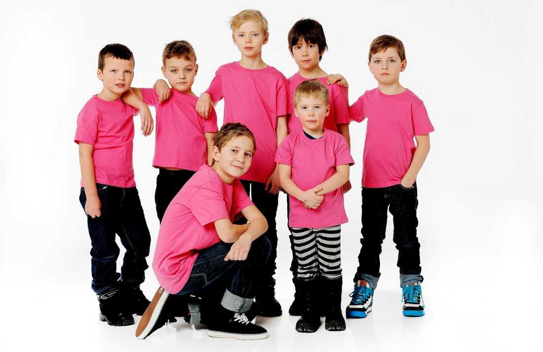 Vi klär i rosa! Tim, 6, Rasmus, 6, Anton, 10, Erik, 7, William, 7 och framför dem Noa, 11 och Hugo, 4.