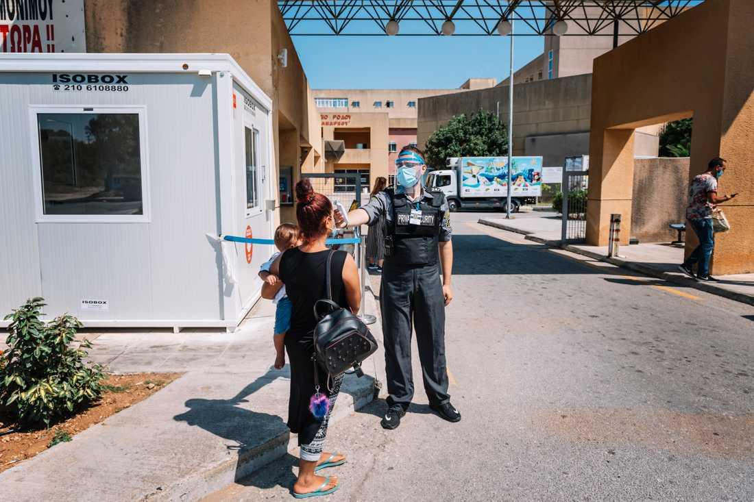 Det allmänna sjukhuset på Rhodos har infört strikta åtgärder på grund av pandemin. Restriktionerna gäller bland annat vem som släpps in på området och alla behöver få sin temperatur kontrollerad.