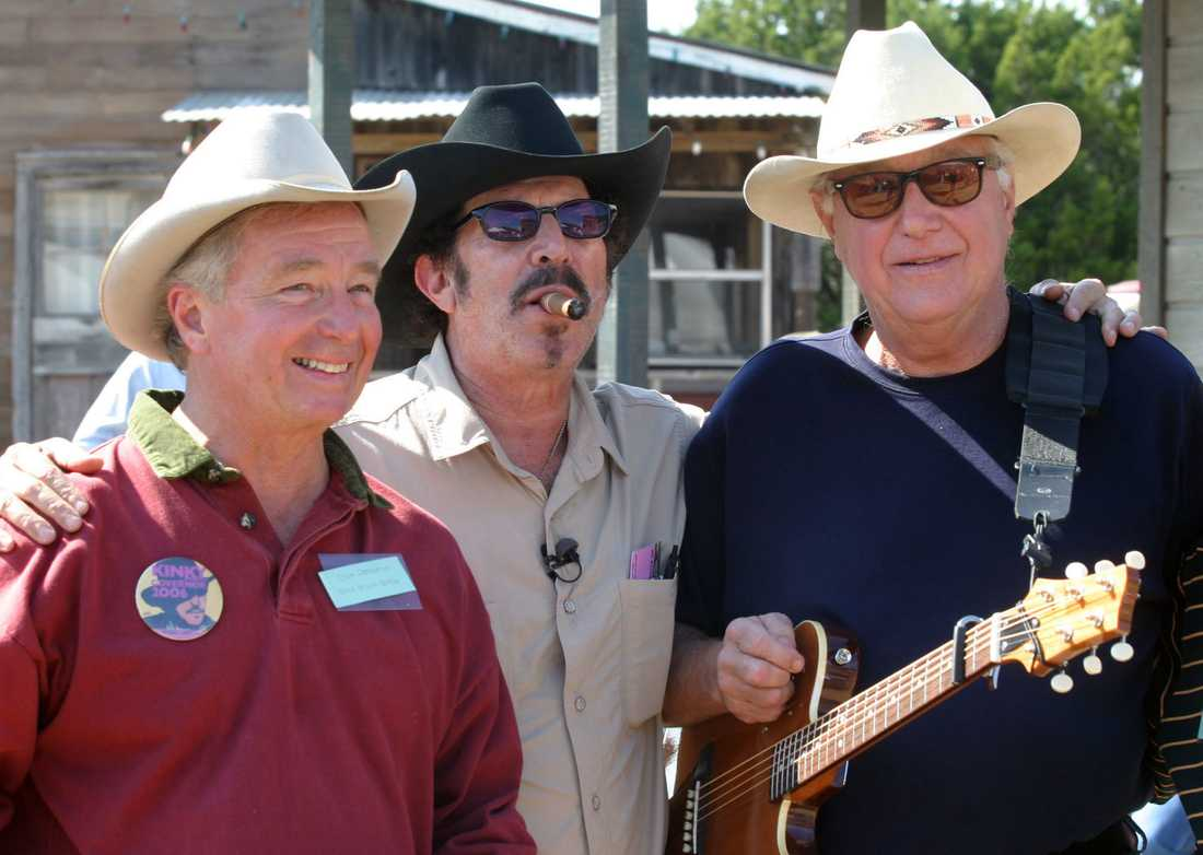 Jerry Jeff Walker längst till höger tillsammans med Kinky Friedman och Dick DeGuerin. Arkivbild.