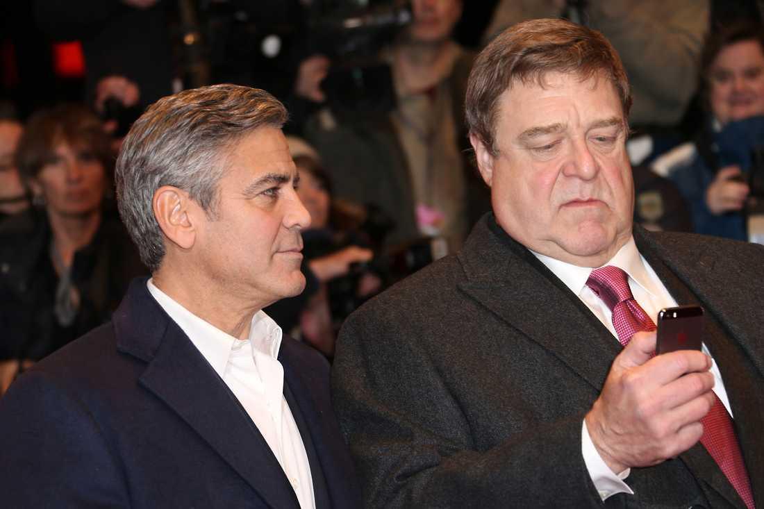"""George Clooney och John Goodman på Berlins filmfestival 2014. Båda spelar spelar i """"The Monuments Men""""."""