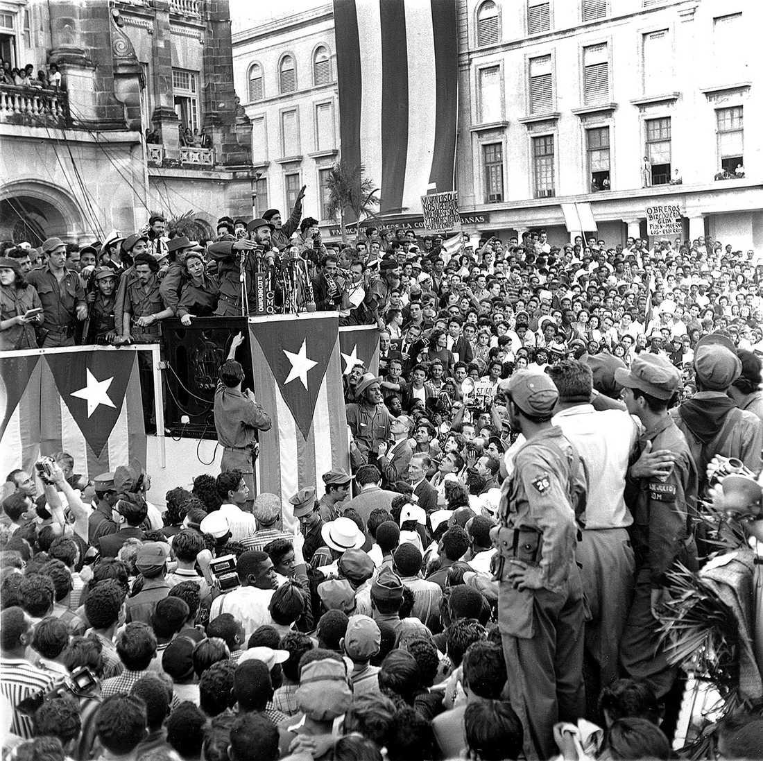 Fidel Castro talar i en park framför presidenpalatset i Havanna efter att regeringen Batista fallit i januari 1959.