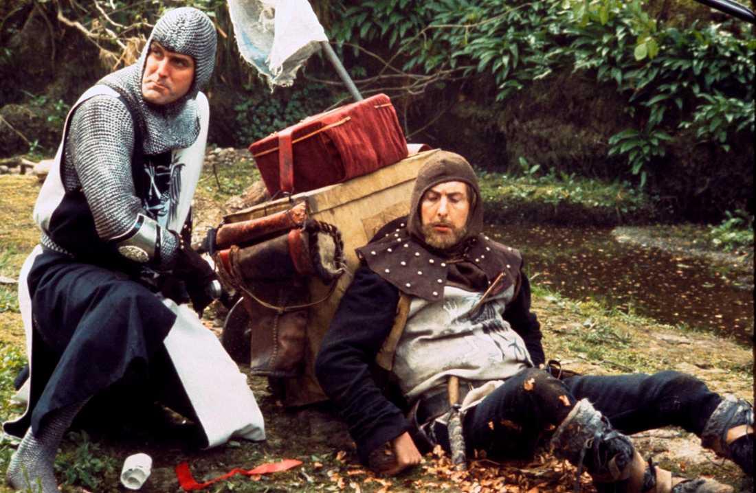 """John Cleese och Eric Idle under inspelningarna av """"Monty Python and the holy grail"""" eller """"Monty Pythons galna värld"""", som den fick heta på svenska. Arkivbild."""
