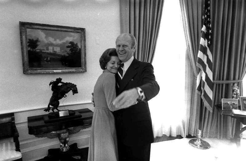 """9. Den före detta amerikanske vicepresidenten Gerald Ford (1913–2006) skrev, tillsammans med sina barn, ett brev till hustrun Betty strax efter att hon diagnosticerats med bröstcancer 1974 """"Kära Mamma, inget skrivet ord räcker till för att beskriva vår djupa, djupa kärlek. Vi vet hur fantastisk du är och vi, barnen och pappa, ska försöka att vara lika starka som du. Vår tro på dig och på gud kommer att hjälpa oss. Vår fullständiga kärlek till dig är evig."""""""