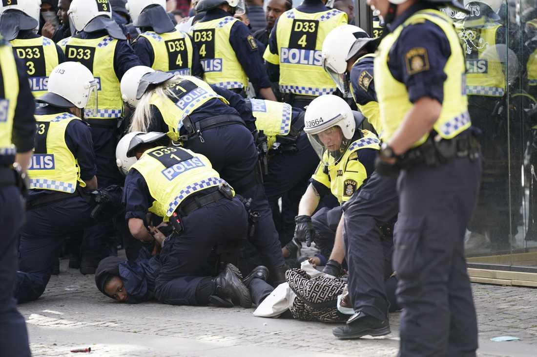 Polisen griper demonstranter i samband med Black lives matter-demonstrationen i Göteborg som samlade runt 2000 deltagare.